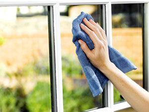 anlita en städfirma att putsa fönstren åt dig